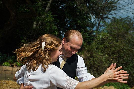 Armand (Jules Werner, r.) feiert mit seiner Braut.