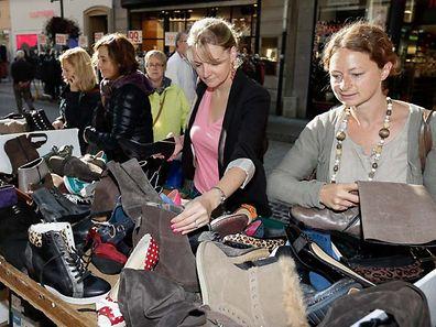 Zum Ende der Sommersaison bieten viele Geschäfte Kleidung zu stark reduzierten Preisen an. Die Kunden freut's.