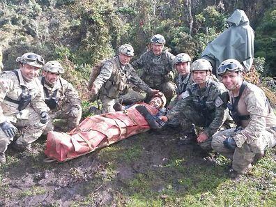 Endlich am Tageslicht: Die Retter gemeinsam mit dem verletzten spanischen Höhlenforscher Cecilio Lopez-Tercero.