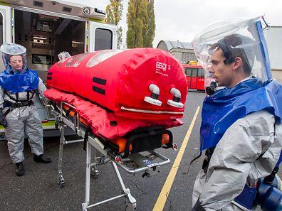 Auf Findel wurde Anfang November demonstriert, wie ein Ebola-Patient transportiert wird.