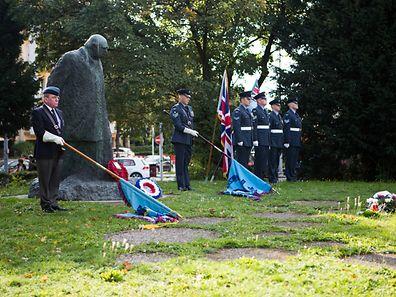 Depot de fleurs et ceremonie de commemoration organise par la Royal Air Forces Association, Luxembourg branch