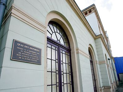 Diese Gedenktafel an der hinteren Front des Bahnhofs Hollerich erinnert an den Opfergang der Verschleppten.