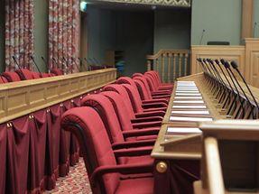 Bei fast jeder Sitzung im Parlament blieb zumindest ein Stuhl leer.