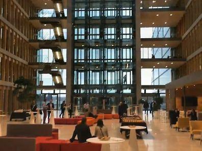 La vidéo nous fait pénétrer au coeur du Crystal Park: 30.000 m2 dédiés aux 2.300 salariés de PwC Luxembourg