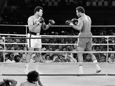Muhammad Ali (l.) und George Foreman lieferten sich am 30. Oktober 1974 einen der größten Kämpfe der Boxgeschichte.