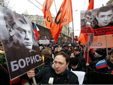Petr Tsarkow, Ko-Vorsitzender der Solidarnost-Opposition geht dem Marsch voran.