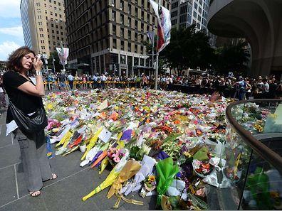 Les habitants ont déposé une montagne de fleurs à proximité des lieux du drame pour manifester leur douleur et leur émotion.