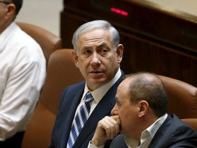 Israel's Prime Minister Benjamin Netanyahu (C), Defence Minister Moshe Yaalon (L), and Energy and Water Minister Silvan Shalom attend a session of parliament in Jerusalem May 4, 2015. Israeli Foreign Minister Avigdor Lieberman said on Monday he would not join the new coalition government being formed by Netanyahu, citing disputes over legislation. REUTERS/Ronen Zvulun