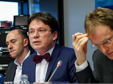 Bastien Larue, Serge Allegrezza und Ferdy Adam vom Statec werfen einen Blick auf den konjunkturellen Kompass (von links nach rechts).