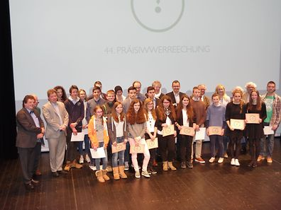A group photo of the teams with jury members and organisers