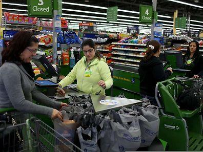 Walmart will die Bezahlung der Teilzeitkräfte im Schnitt auf zehn und die der Vollzeitkräfte auf 13 Dollar pro Stunde anheben. Das Startgehalt soll auf neun Dollar steigen.