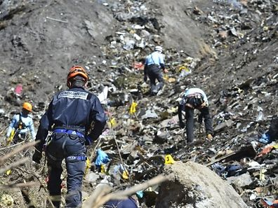 Sur les lieux du crash, une quarantaine de personnes ont poursuivi leurs recherches jusqu'à 18 heures vendredi, pour tenter de retrouver la deuxième boîte noire.