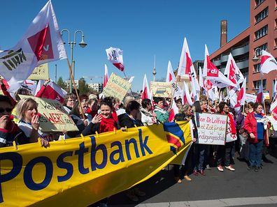 Postbank-Mitarbeiter in Sachsen, Sachsen-Anhalt sowie in Teilen von Brandenburg und Thüringen haben am Montagmorgen die Arbeit niedergelegt. Angesichts eines möglichen Verkaufs der Postbank durch die Deutsche Bank fürchteten die Beschäftigten um ihre Arbeitsplätze.