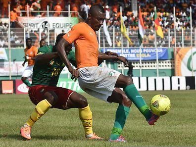 L'Ivoirien Salomon Kaloucontrôle le ballon devant le Camerounais Franck Kom