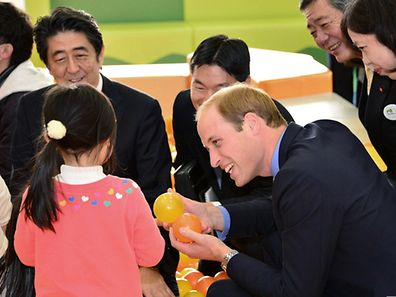 Prince William und der japanische Premier Prime Minister Shinzo Abe besuchten gemeinsam einen Spielplatz, an dem Kinder wieder ohne Gefahr spielen können
