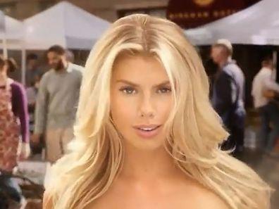 Charlotte McKinney déambule dans un marché en plein air en donnant l'impression d'être complètement nue