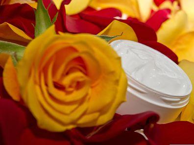 Die Essenzen von Rosenblüten kommen inzwischen in vielen Kosmetika vor.