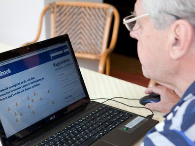 Eintauchen in die digitale Welt - das geht in jedem Alter. Wer viel tippen und neben dem Surfen im Netz noch andere Aufgaben am Rechner erledigen will, greift am besten zum Laptop.