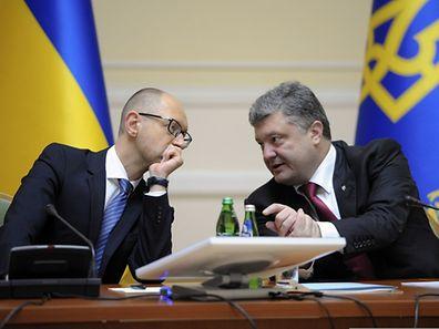 President Petro Poroshenko (r.) with Prime Minister Arseniy Yatsenyuk during a cabinet meeting in Kiev