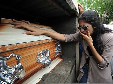 Große Trauer um Miss Honduras: Eine junge Frau kann die Tränen nicht unterdrücken.