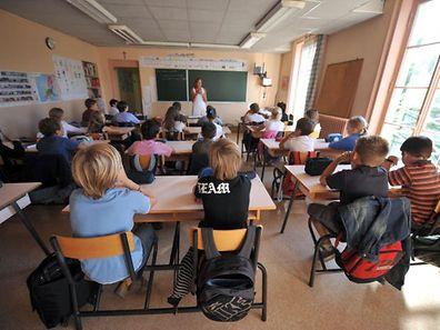 Photo prise le 31 ao�t 2009 d'une salle de classe de l'�cole maternelle et primaire Notre Dame � Caen, o� la rentr�e scolaire est avanc�e. Pr�s de 12 millions d'�l�ves de la maternelle � la terminale reprennent le chemin de l'�cole les 02 et 03 septembre 2009, une rentr�e marqu�e � nouveau par plusieurs milliers de suppressions de postes et un climat tendu en primaire, sur fond de lutte contre la grippe A(H1N1). AFP PHOTO MYCHELE DANIAU