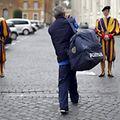 Ein Obdachloser auf Weg zur Besichtigung, vorbei an der Schweizer Garde.