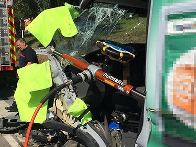 Der Fahrer musste mit schwerem hydraulischen Gerät aus der Kabine befreit werden.