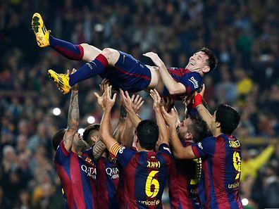 Lionel Messi porté en triomphe par ses partenaires après son deuxième but contre le FC Séville.