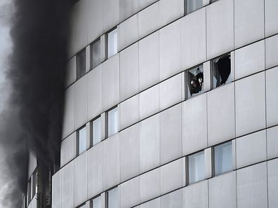 """Die Pariser Feuerwehr löscht den Brand in der """"Maison de la Radio""""."""