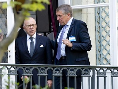 Luxembourg minister Frandçois Bausch (r.) at the meeting with France's Bernard Cazeneuve
