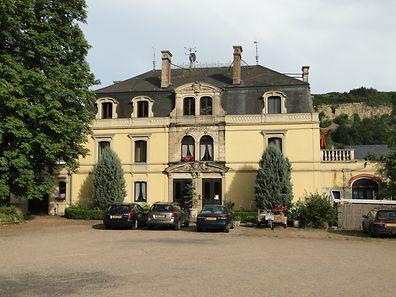 Die Grabungen werden im Garten rechts neben dem Schloss und hinter dem Vorschulgebäude durchgeführt.