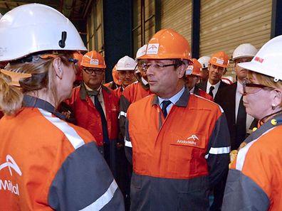 François Hollande parlant avec les ouvriers d'ArcelorMittal à Florange lors de sa venue en 2013.