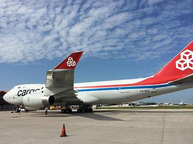"""Die """"City of Differdange"""" (LX-OCV) ist die erste Boeing 747 vom Typ 400F in der Cargolux-Flotte, die mit der neuen Lackierung ausgestattet wurde. Bisher trugen ausschließlich die größeren Schwestern vom Typ 747-8F das Farbschema mit dem roten Leitwerk."""