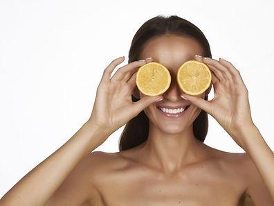 Le jus de citron et le sel permettent d'éliminer les résidus d'autobronzants sur les mains.
