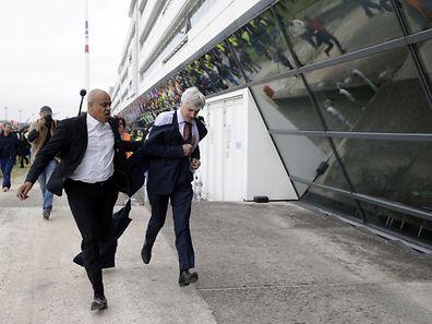 Le directeur d'Air France, Pierre Plissonnier, doit être évacué par le personnel de sécurité à Orly.