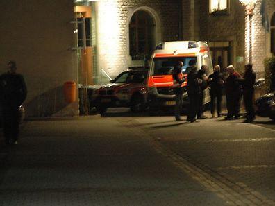 La police enquête sur le lieu du meurtre, lundi soir.