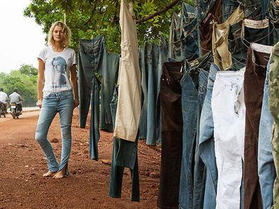 """Cool Chic: Die T-Shirts und Jeans aus der fünfteiligen """"Toni Garrn for Closed""""-Kollektion sind ab dem 1. November erhältlich. Entsprechend dem persönlichen Stil des Models sind die Designs relativ casual ausgefallen. Den Erlös spendet sie einem wohltätigen Zweck."""