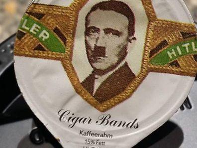 Ein Leserreporter entdeckte das Hitler-Foto auf der Kaffeesahne.