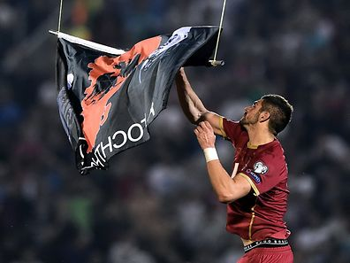 Stefan Mitrovic riss die umstrittene Fahne an sich.