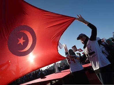 Anhänger des amtierenden Präsidenten Moncef Marzouki mit der tunesischen Flagge. 27 Kandidaten sind zu der Wahl am Sonntag zugelassen, darunter erstmals eine Frau.