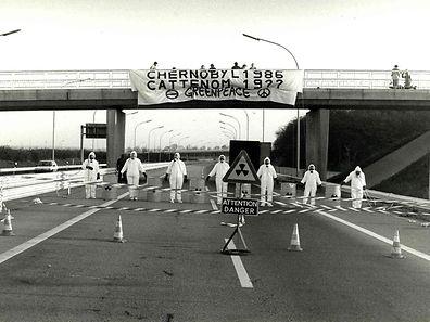 1988: Die Jahre vergehen, die Sorgen bleiben. Greenpeace blockiert die Autobahn in Richtung Cattenom.