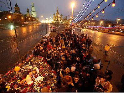 Menschen versammeln sich am Samstagabend an dem Ort, an dem Nemzow ermordet wurde.
