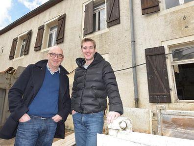 Andy Schleck und Jeannot Delvaux (l.) und Andy Schleck vor dem zukünftigen Geschäft in Itzig.