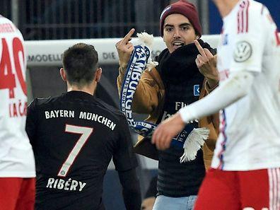 Ein HSV-Fan attackierte Franck Ribéry kurz vor Spielende.