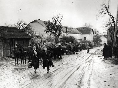 Luxemburger auf der Flucht vor Krieg, und das während der Ardennenoffensive. Das Bild zeigt das Haus Mehlen in Christnach.
