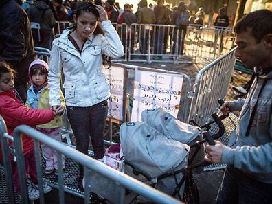 Des réfugiés devant le centre d'accueil Lageso à Berlin, là où le petit se trouvait avec sa mère au moment de sa disparition