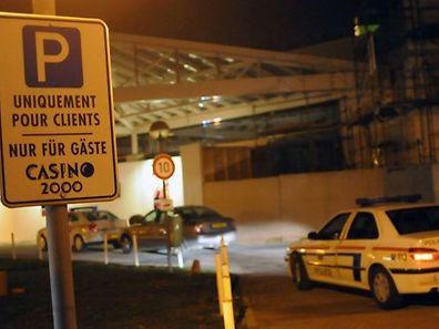 Ein Täter mit Kalaschnikow hatte einen Rezeptionisten bei der Flucht als Geisel auf den Parkplatz gezerrt.