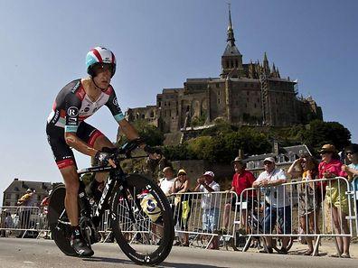 2013 bot die Normandie mit dem Mont-Saint-Michel eine beeindruckende Kulisse für das Einzelzeitfahren. Auf dem Bild ist Andy Schleck, der mittlerweile seinen Rücktritt erklärt hat, zu sehen.