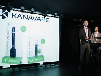 """Einer der Gründer von """"Kanavape"""", Antonin Cohen (l.), stellte sein neues Produkt am Dienstag der Presse vor."""