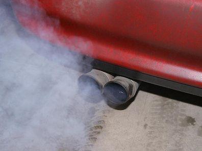 Auch in Autoabgasen ist Feinstaub enthalten.